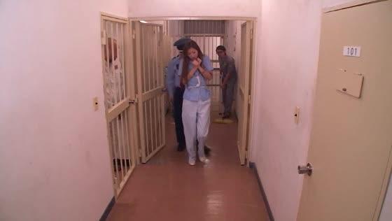「もうヤメテ下さい…」牢屋に入れられた美熟女が鬼畜男達に全身の穴を犯されてしまう…
